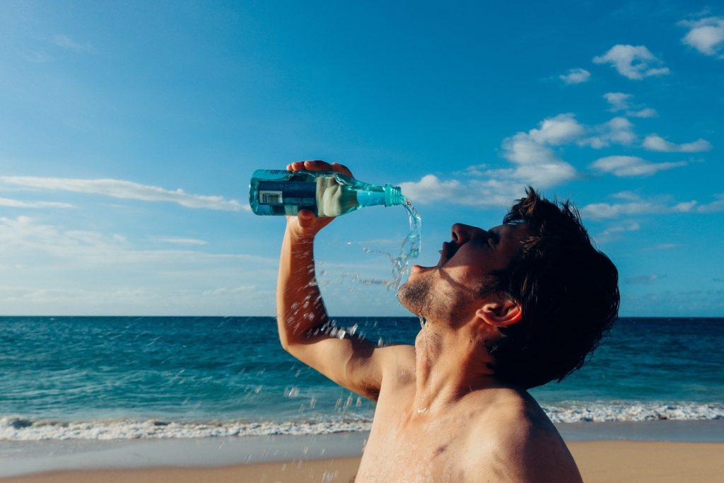 Mann rinkt Wasser | Gewichtszunahme vermeiden